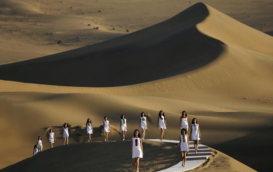 Pierre Cardin, SS08 fashion runway desert
